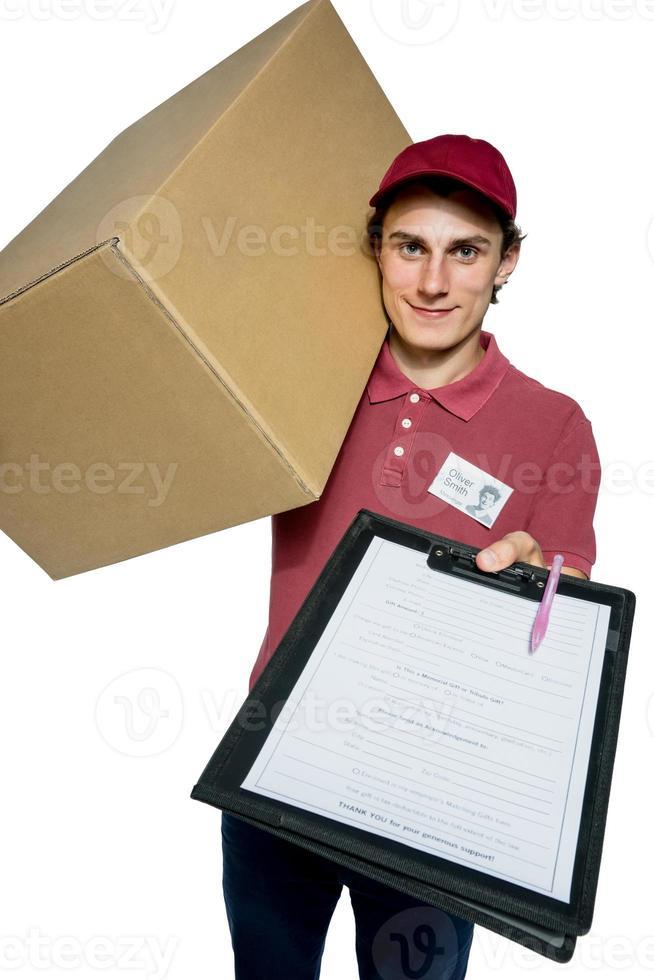 lächelnder Lieferbote, der eine Papierbox hält foto