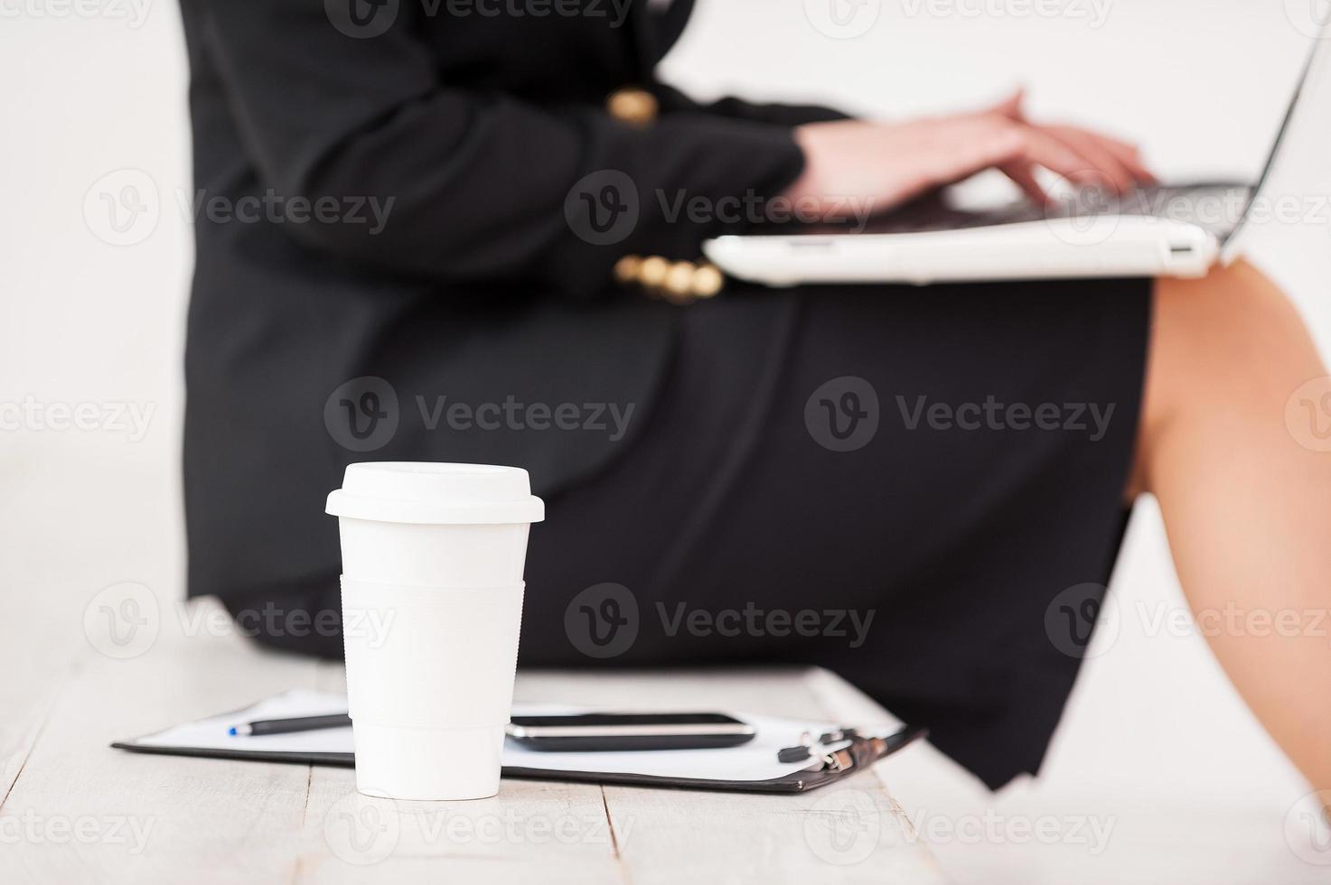 Geschäftsfrau bei der Arbeit. foto