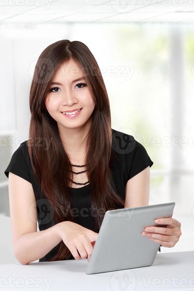 Geschäftsfrau mit Tablet foto