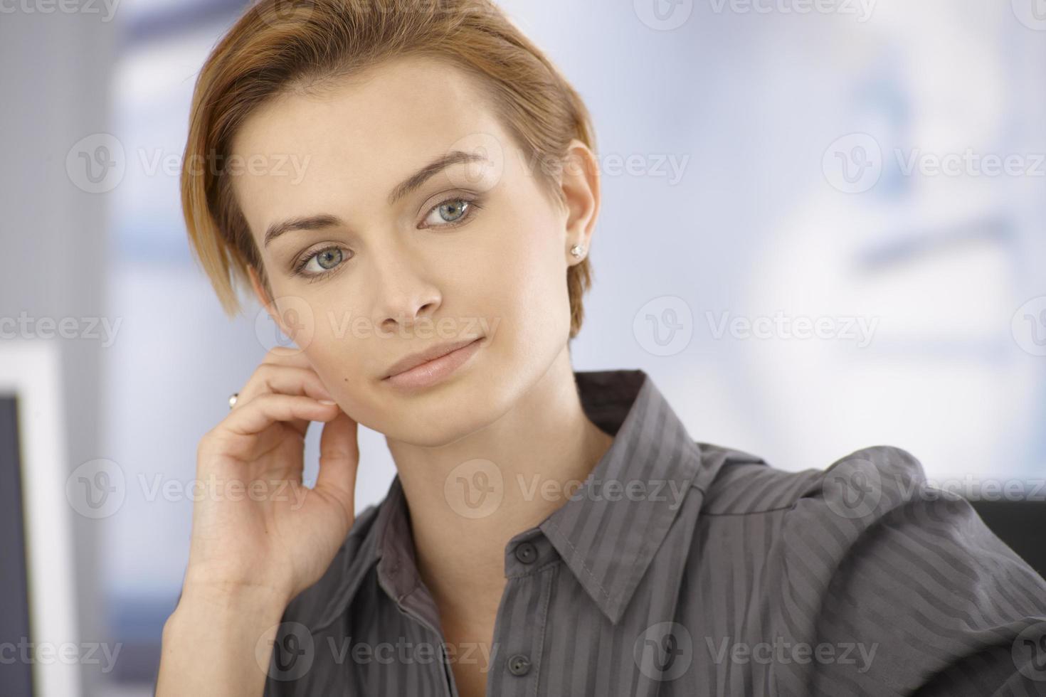 schöne tagträumende Geschäftsfrau foto