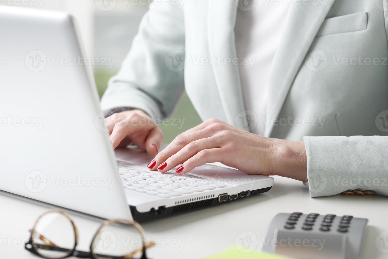 Geschäftsfrau, die Daten analysiert foto