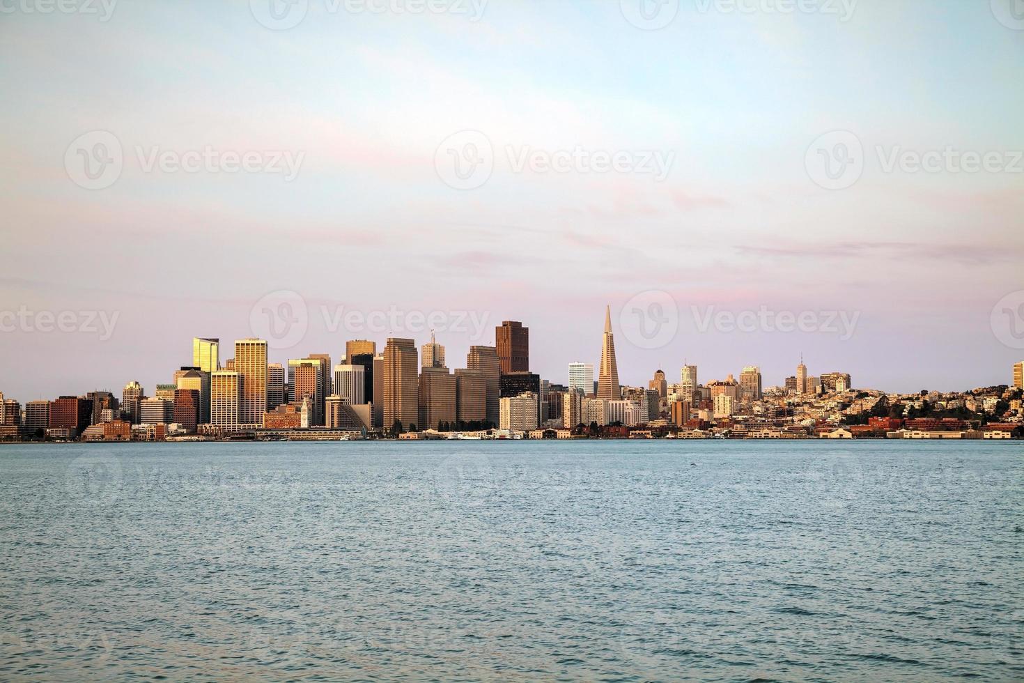 Innenstadt von San Francisco von der Bucht aus gesehen foto