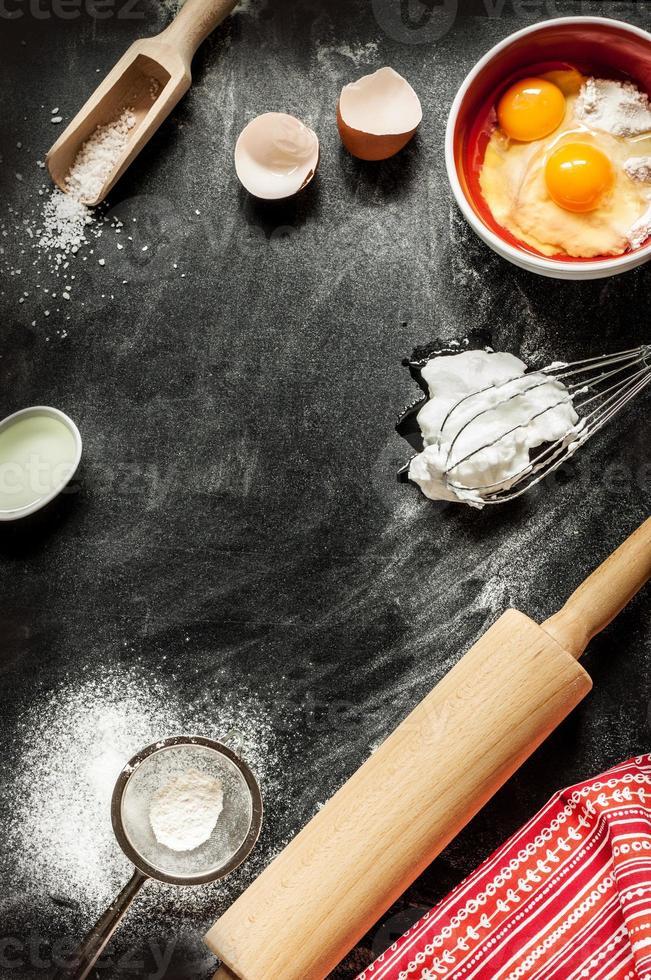 backen kuchen zutaten auf schwarz von oben foto