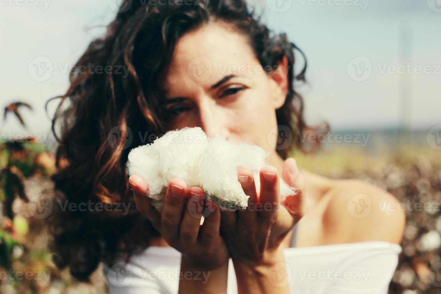 schöne Frau, die natürliche Baumwolle hält. foto