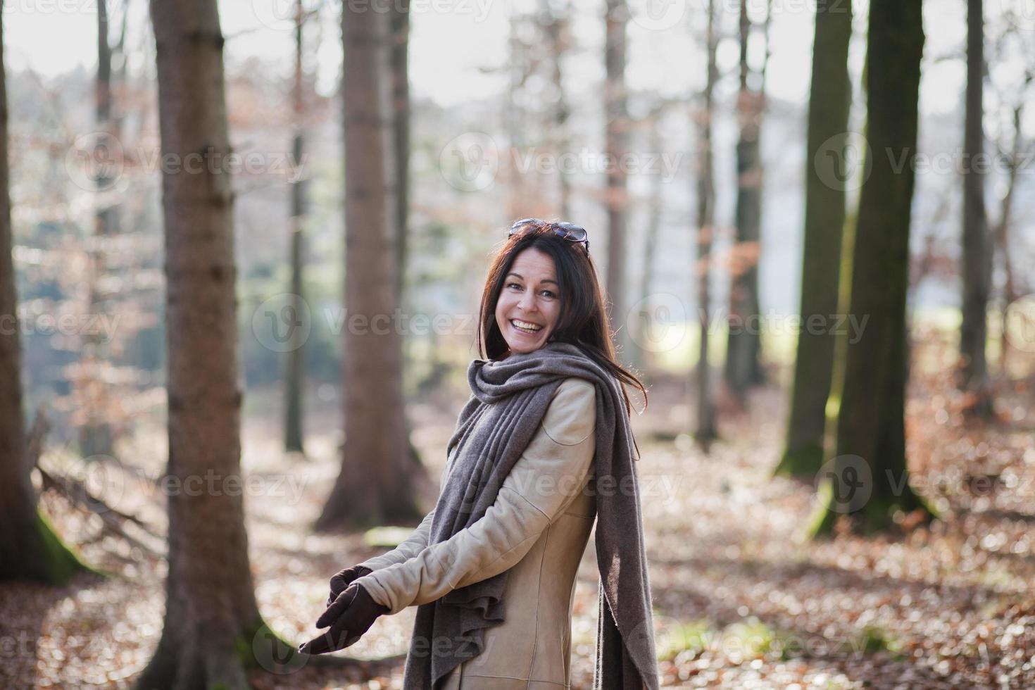 ältere Frau, die im Wald geht foto