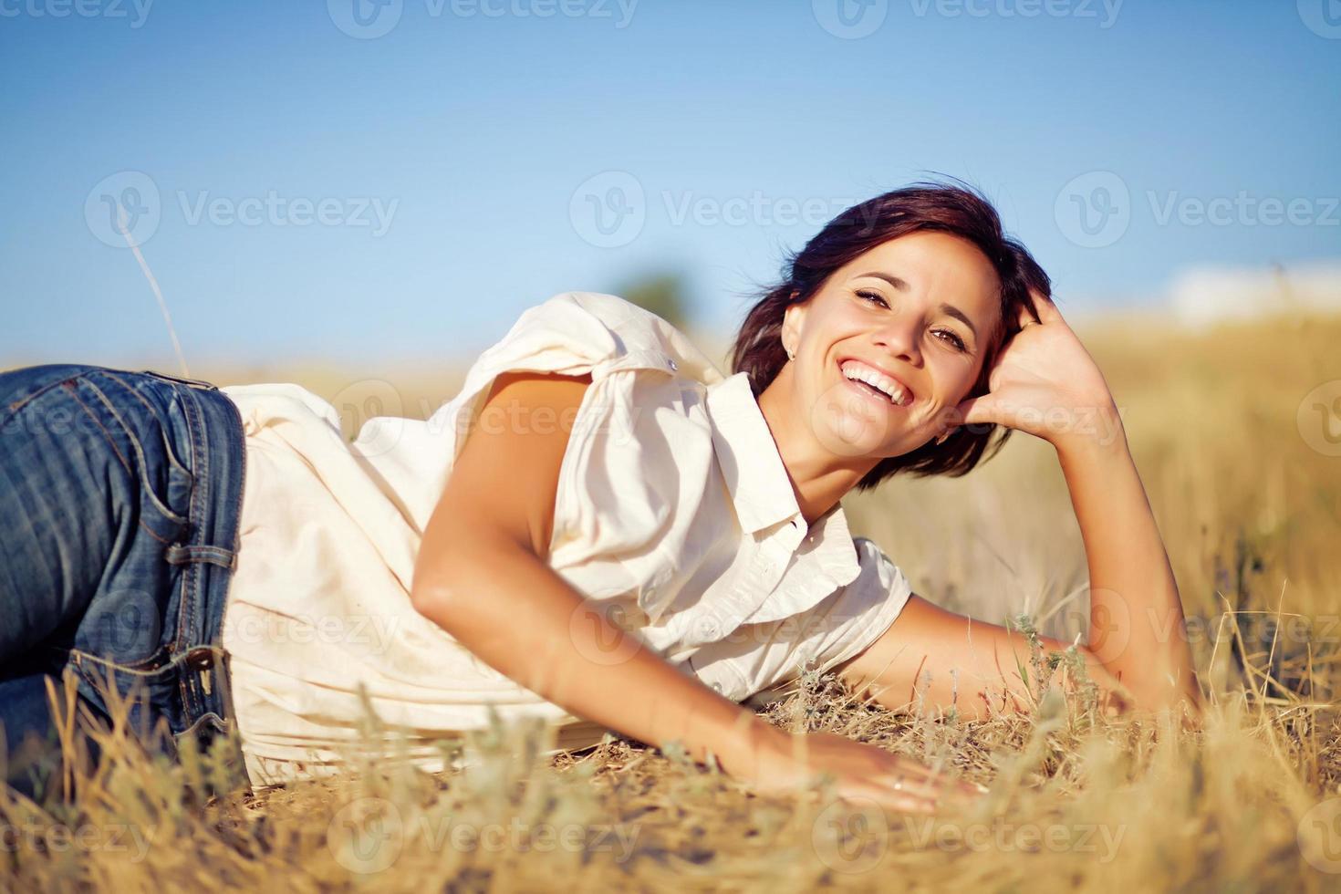 Frau auf einem Feld foto