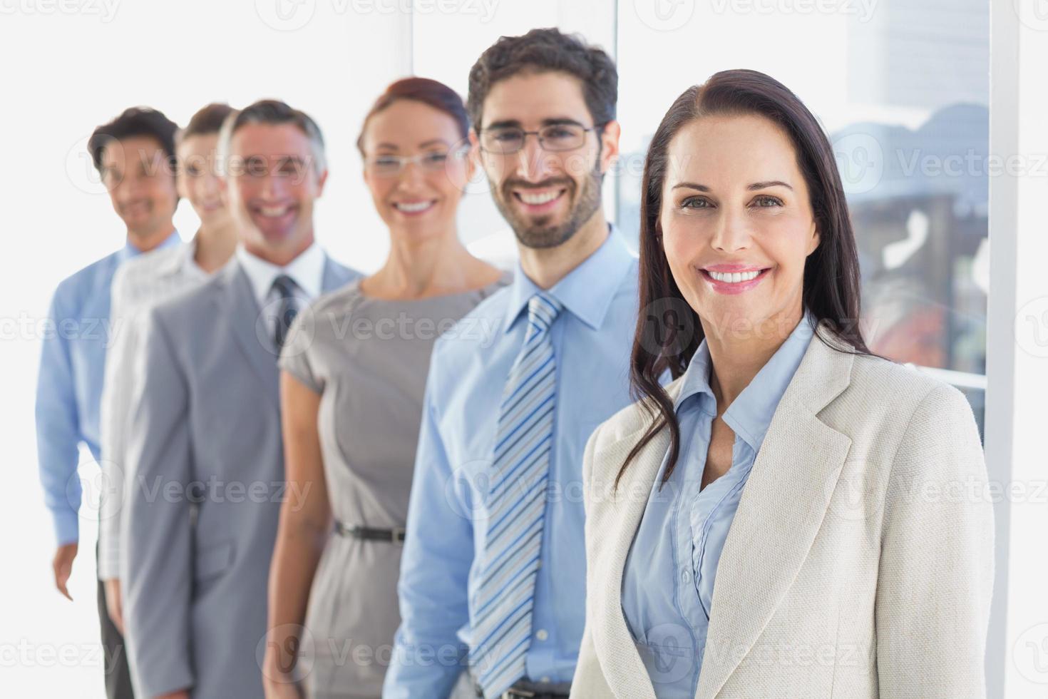 lächelnde Mitarbeiter in einer Reihe foto