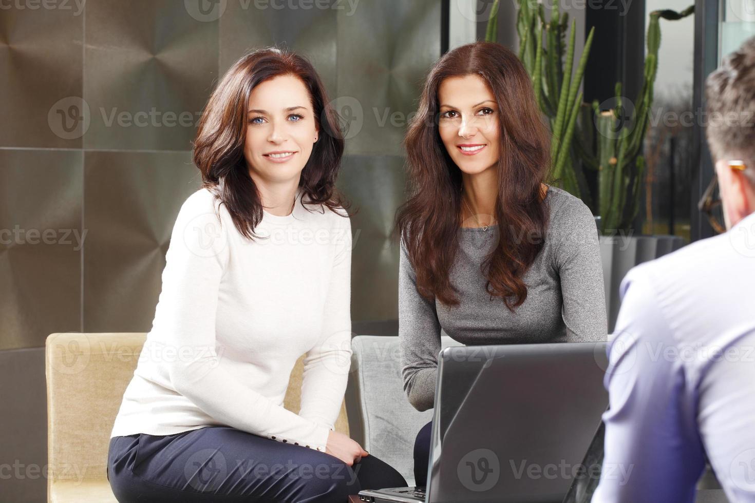 Geschäftsfrauen beim Treffen foto