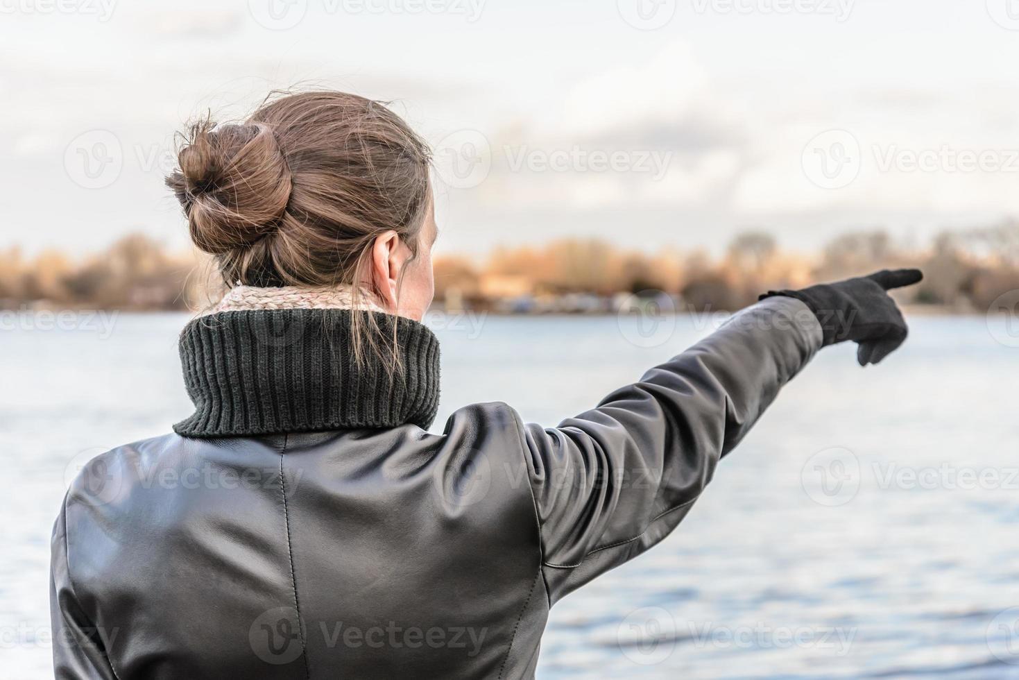 Frau zeigt mit dem Finger foto