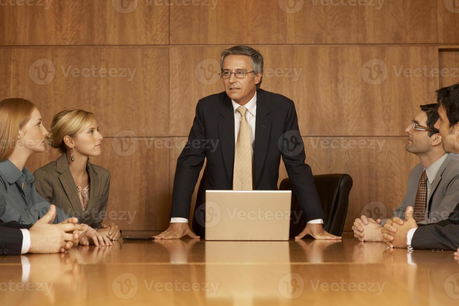 Gruppe von Geschäftsführern in einer Besprechung foto