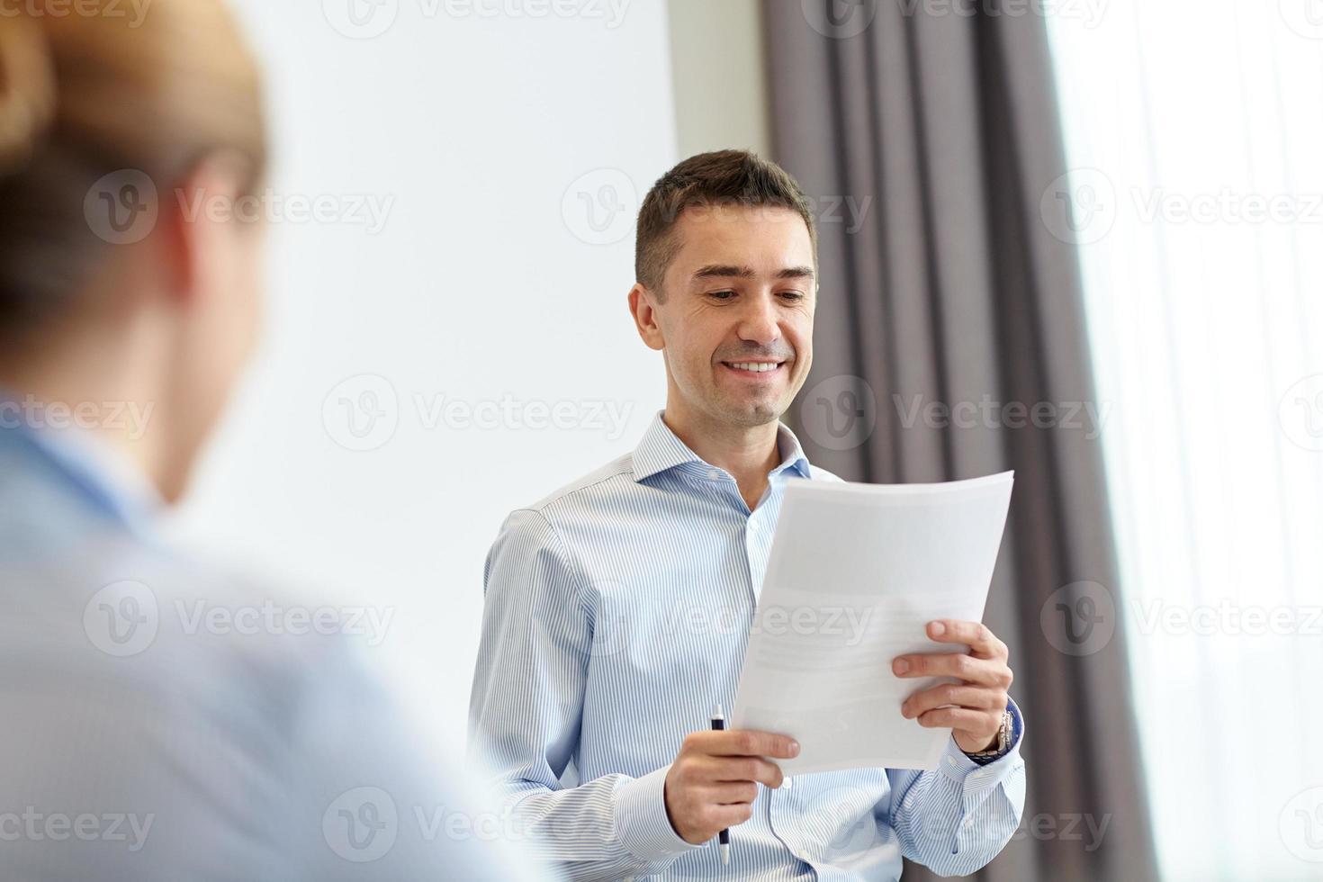lächelnde Geschäftsleute treffen sich im Büro foto