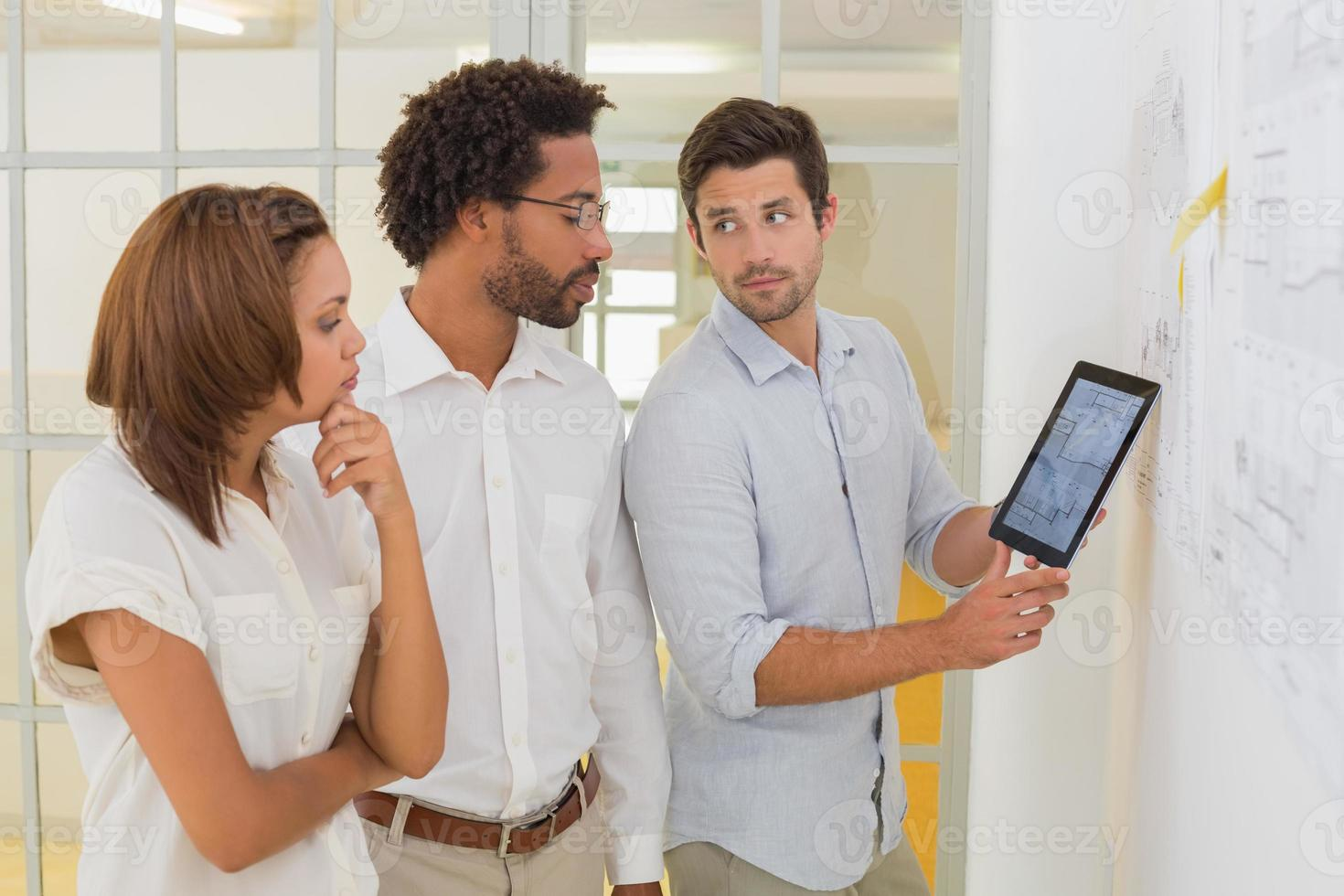 Geschäftsleute, die digitale Tablets in Besprechungen verwenden foto