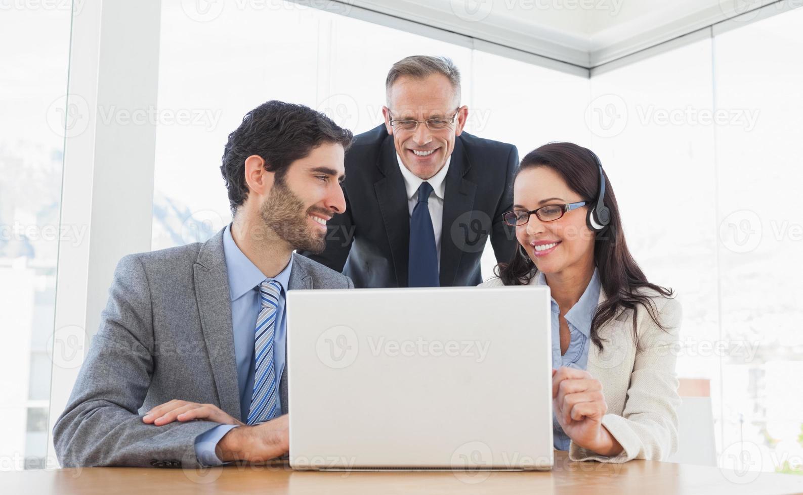 Mitarbeiter, die alle an einem Anruf teilnehmen foto