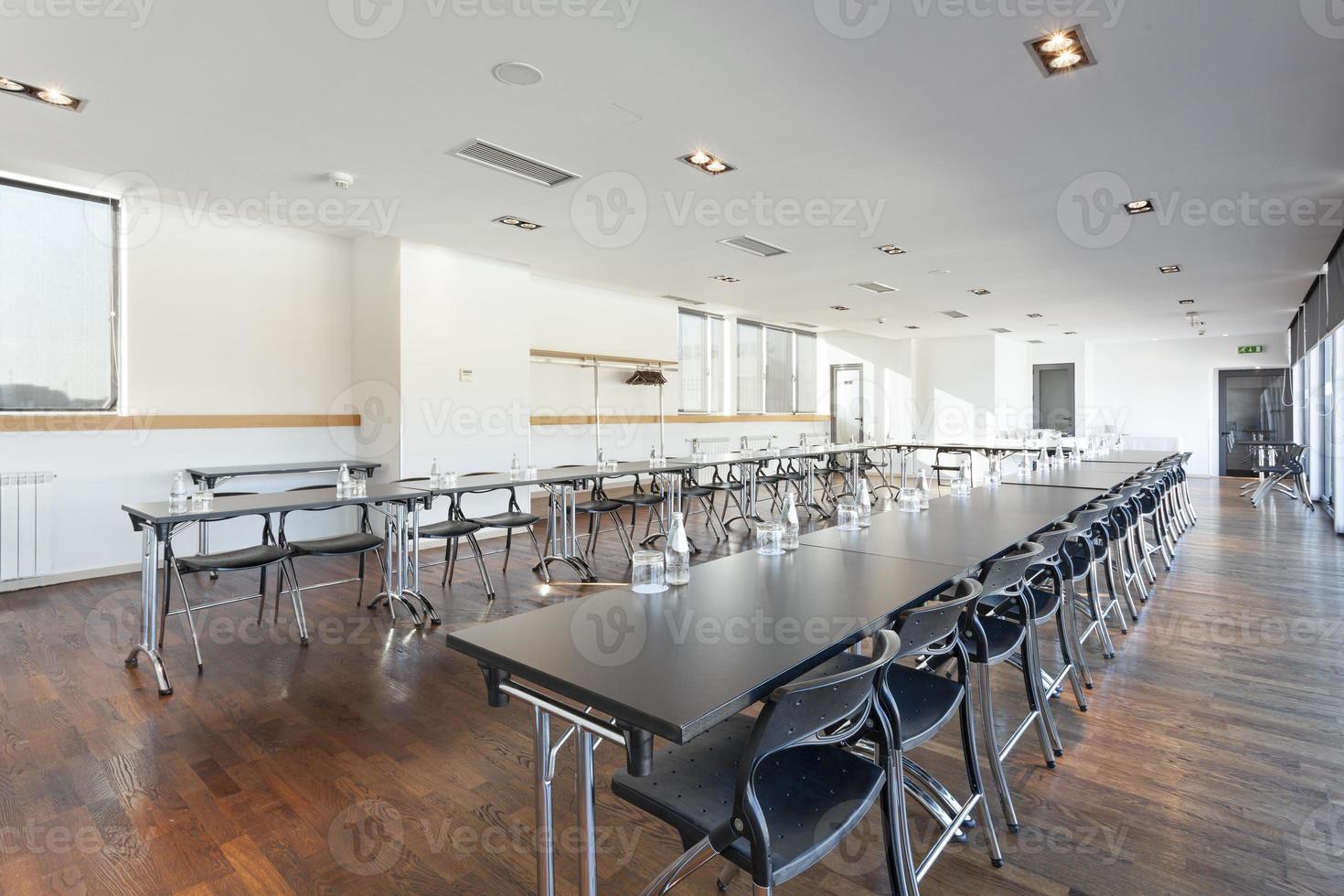 großer Konferenzraum bereit für Geschäftstreffen foto
