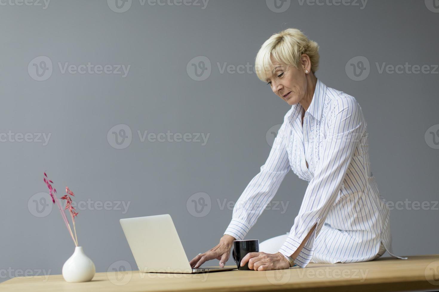 Frau im Büro foto
