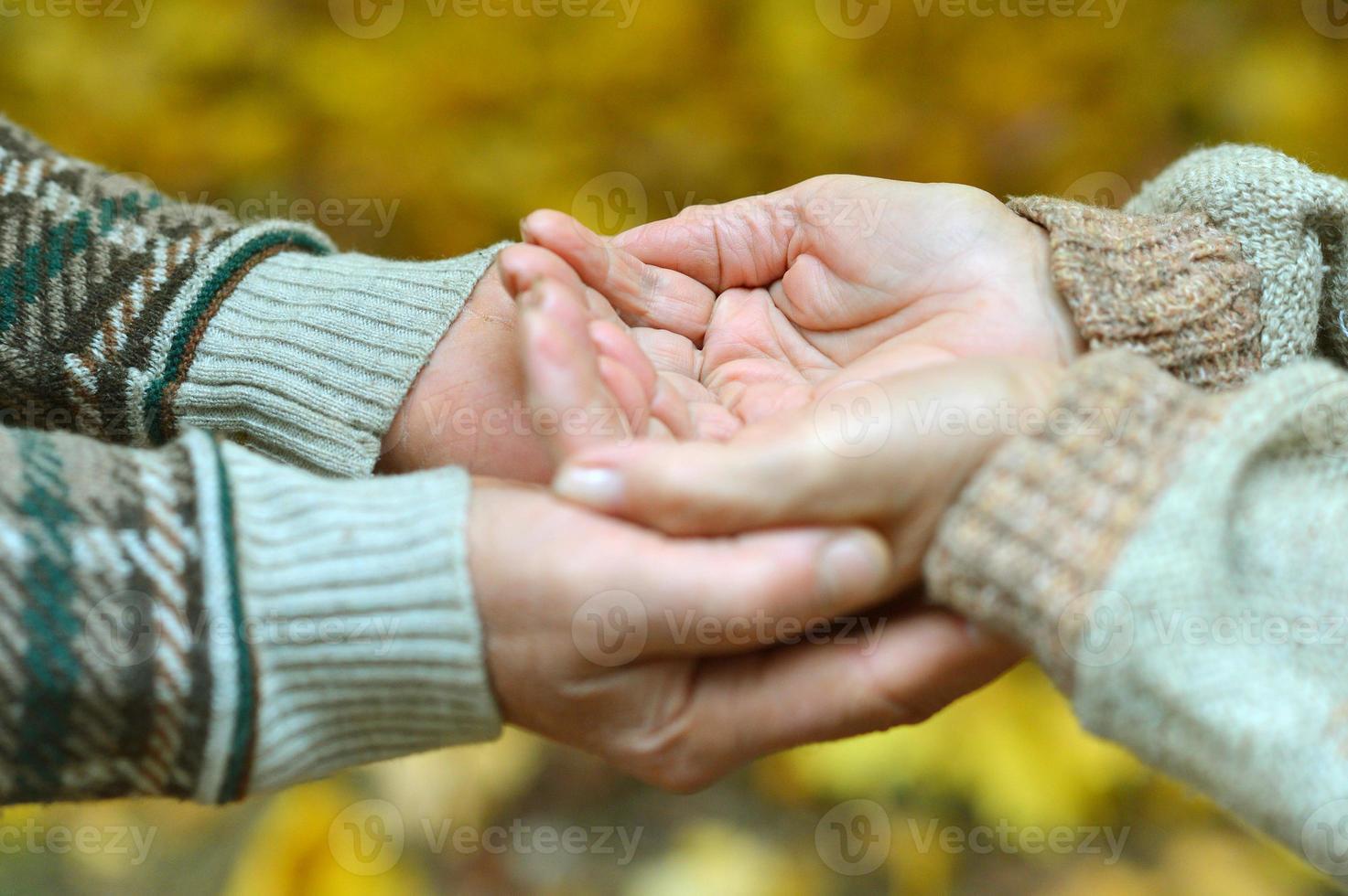 älteres Ehepaar Händchen haltend foto