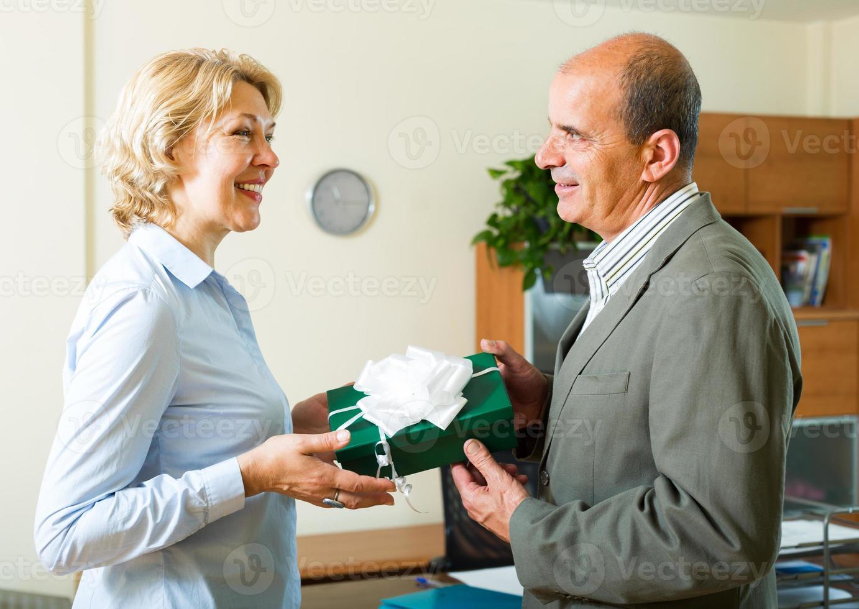 Büroleiter gratuliert Sekretärin foto