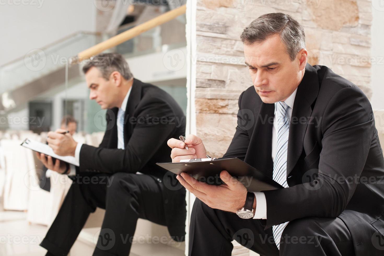 Geschäftsmann macht Notizen. foto