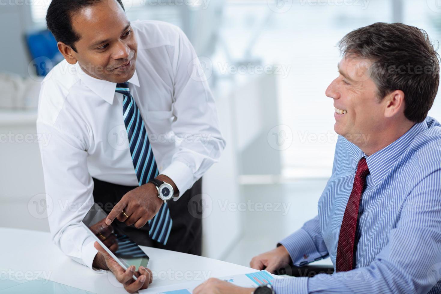 Manager mit digitalem Tablet foto