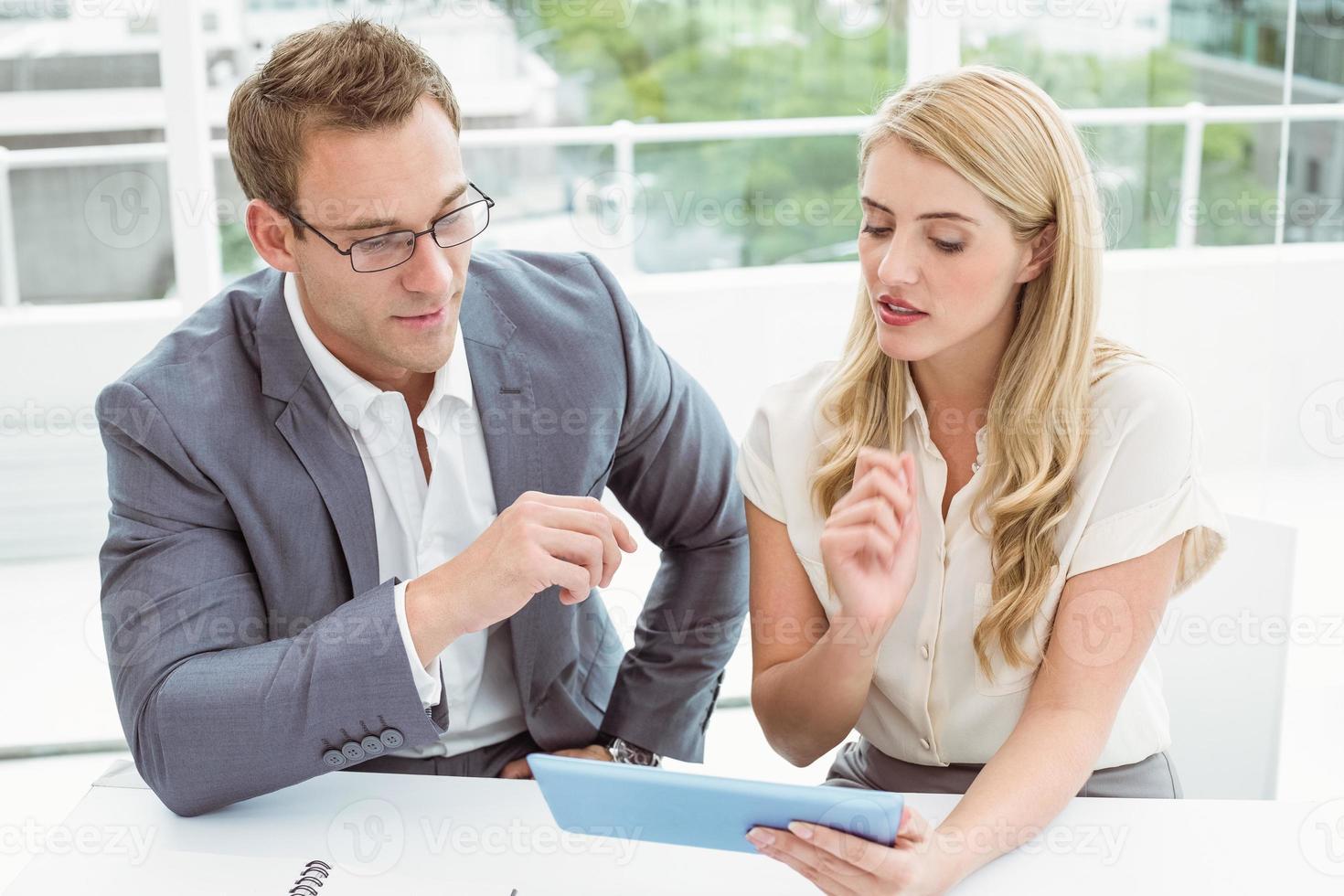 Geschäftsleute, die digitales Tablet verwenden foto