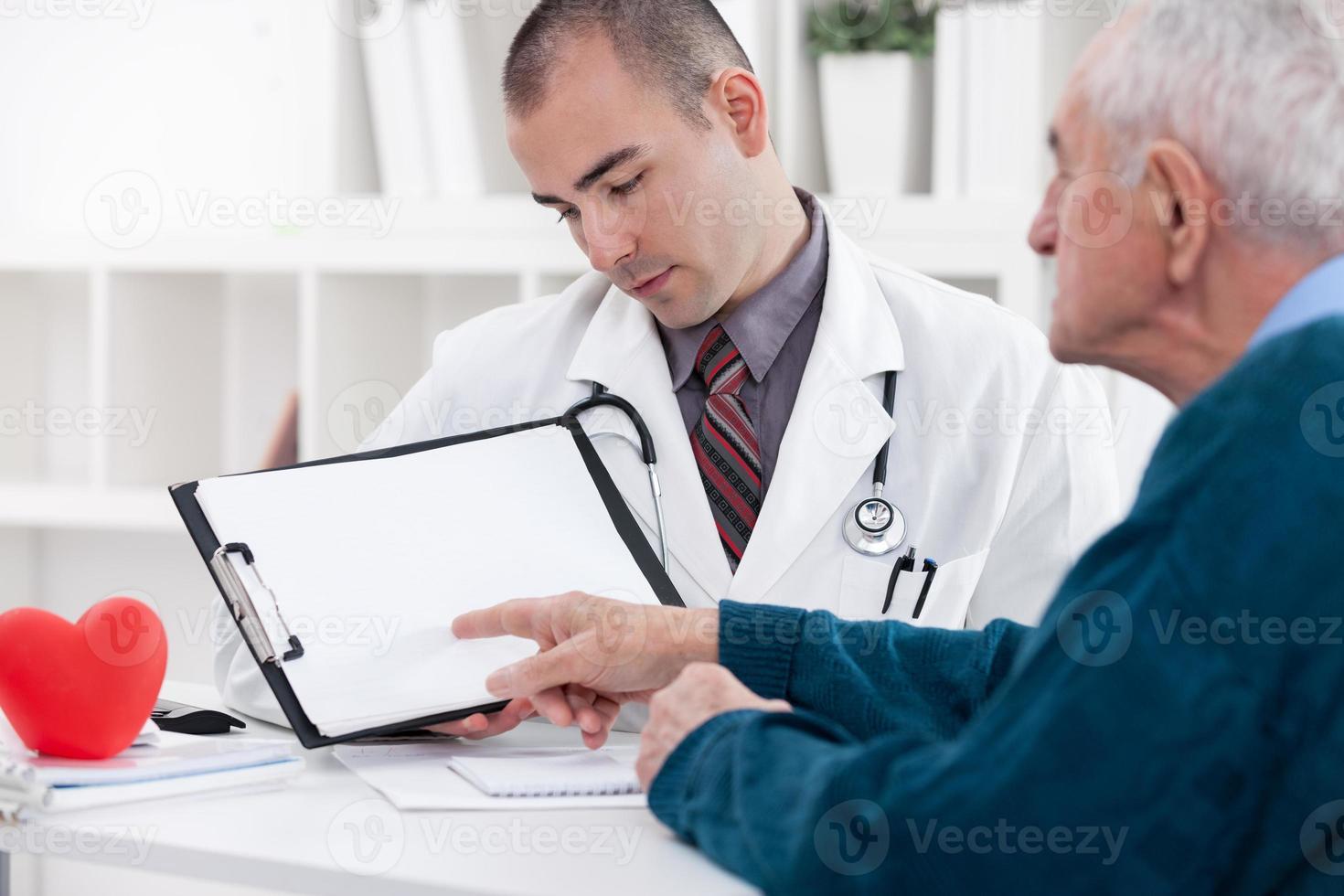 Senior Mann Beratung mit Arzt foto