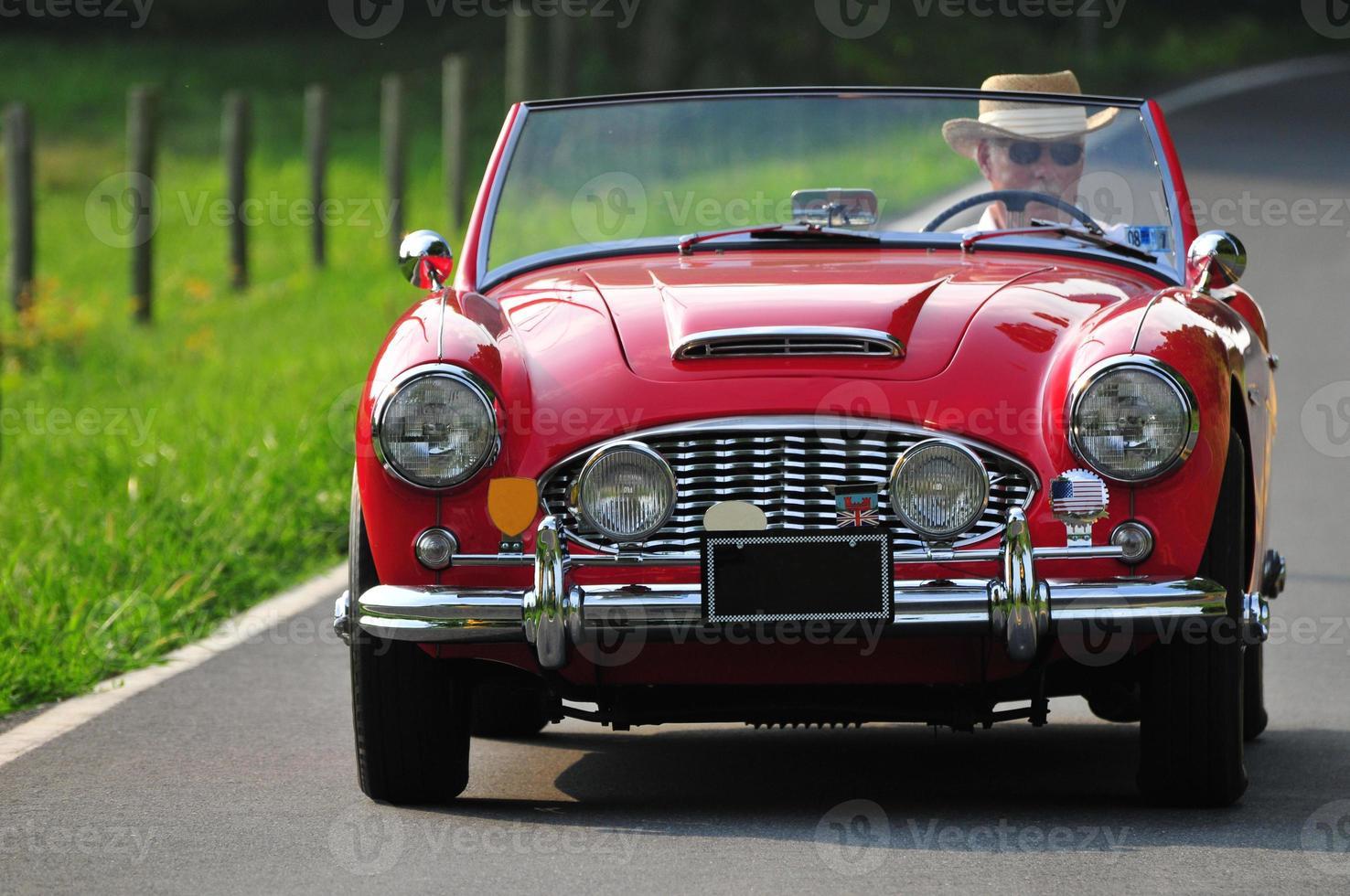 älterer Mann, der ein Auto fährt foto