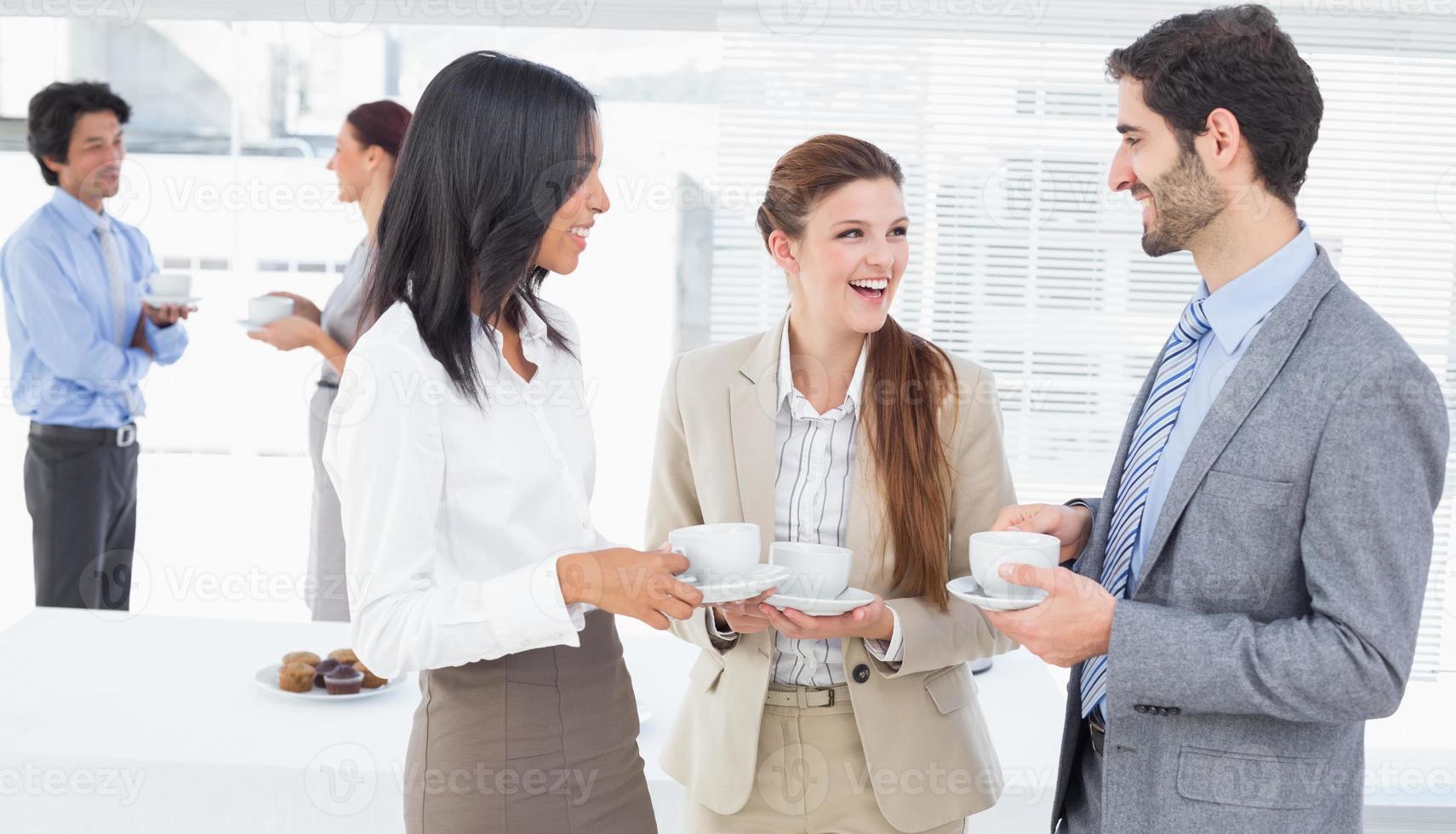 Geschäftsleute genießen ihre Getränke foto