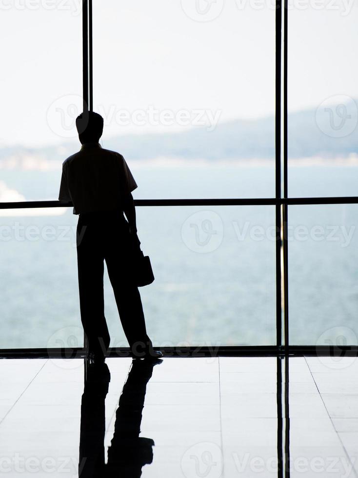 Geschäftsleute gegen Fenster foto