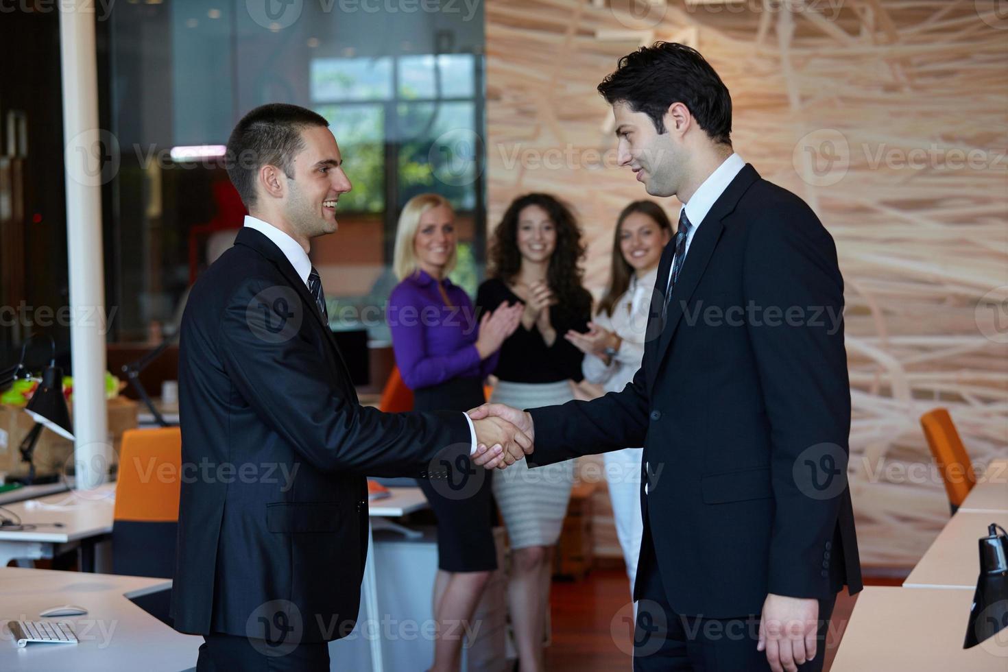 Geschäftsleute Händeschütteln foto