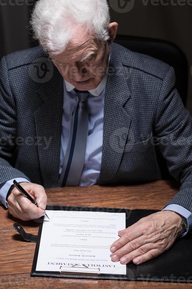 Mann unterschreibt Testament foto