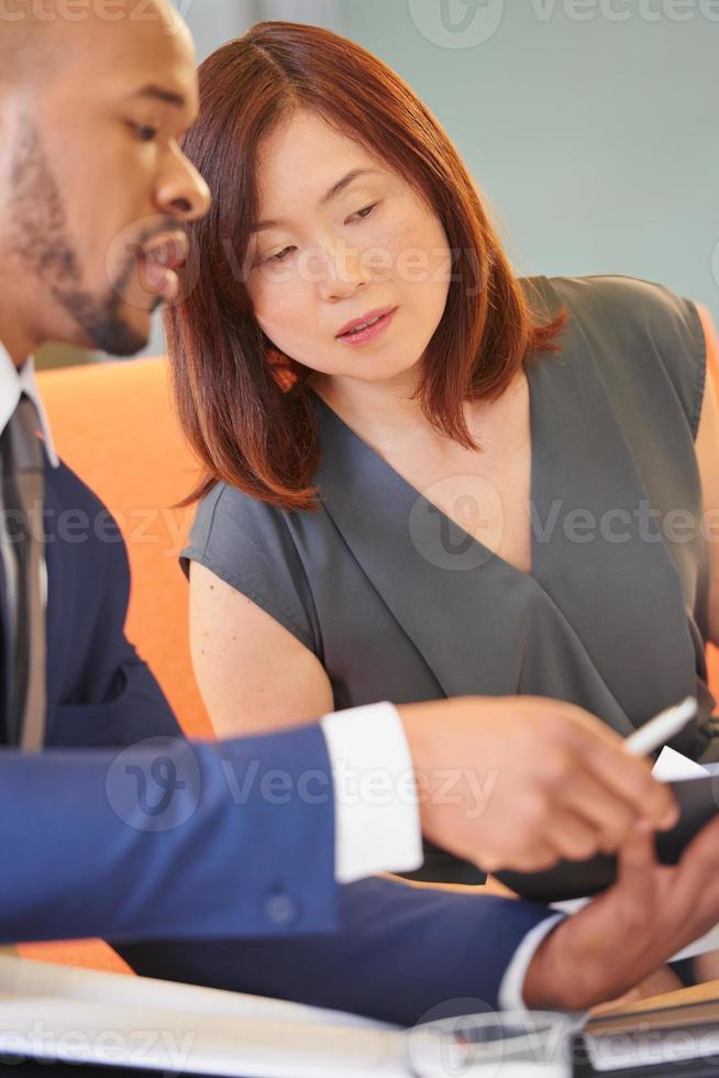multiethnische Geschäftsleute, die in der Geschäftslobby arbeiten foto