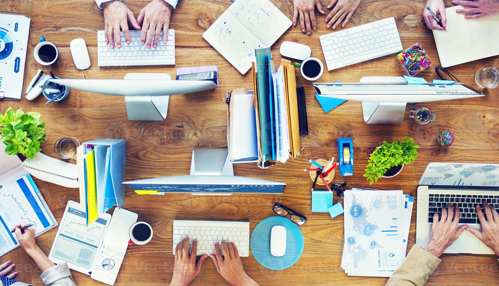 Gruppe von Geschäftsleuten beschäftigt im Büro zu arbeiten foto