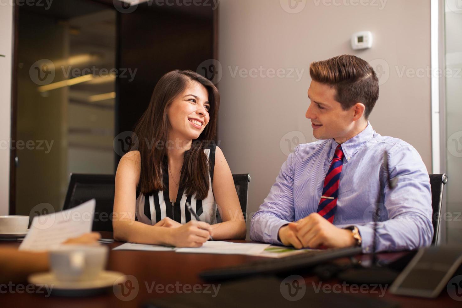 Geschäftsleute, die im Büro flirten foto