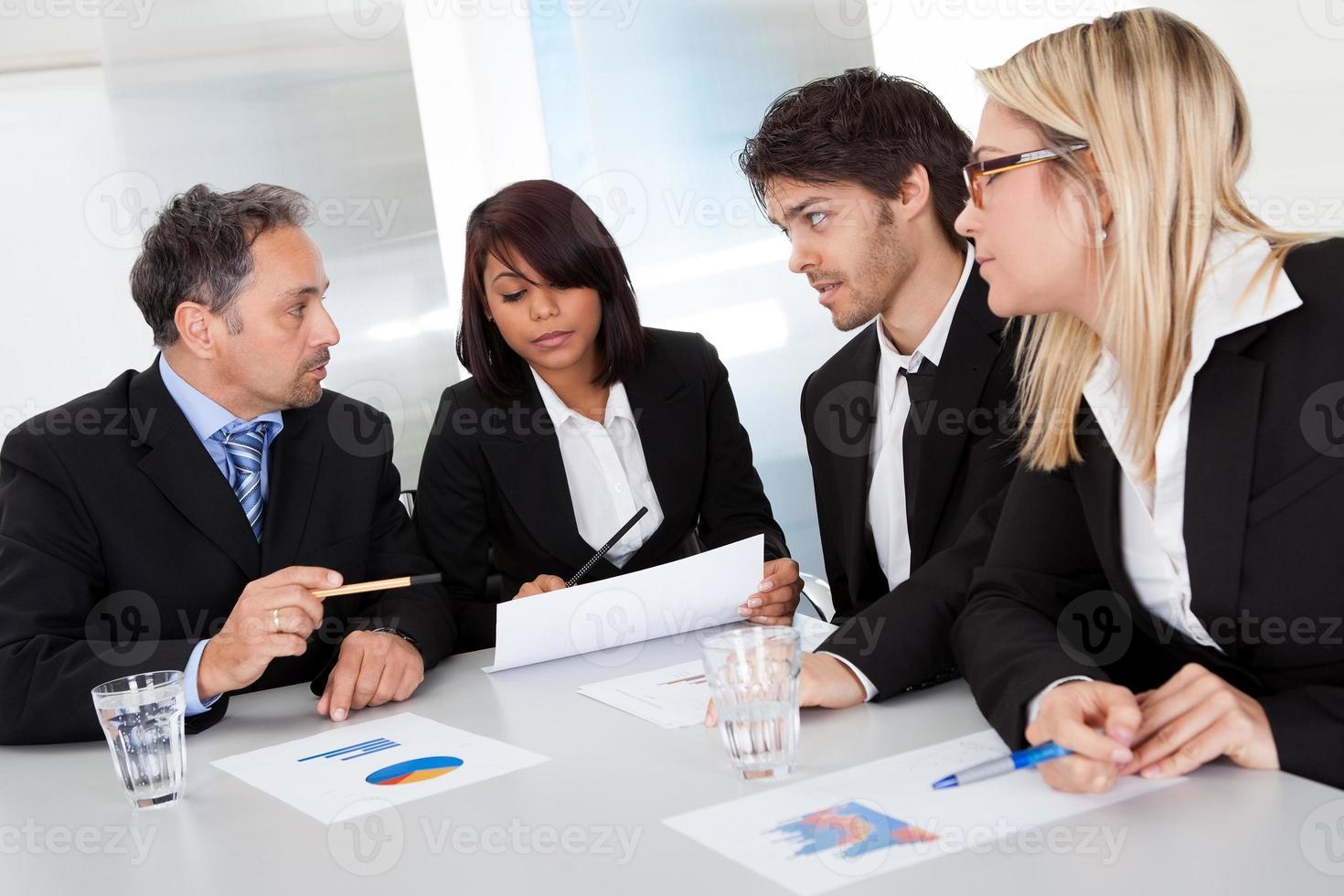 Gruppe von Geschäftsleuten bei dem Treffen foto