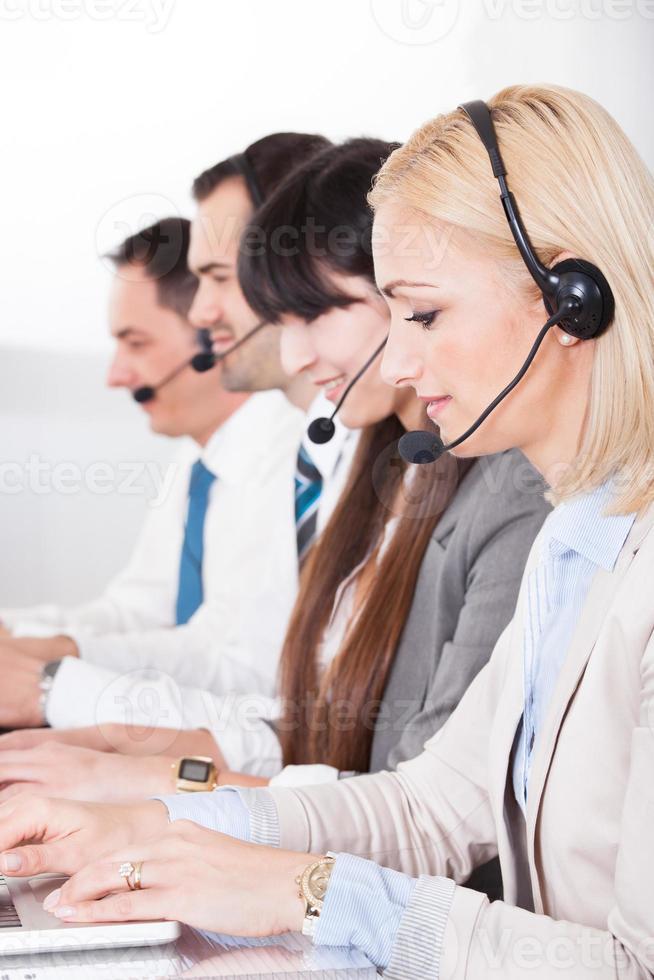 glückliche Geschäftsleute, die am Laptop arbeiten foto