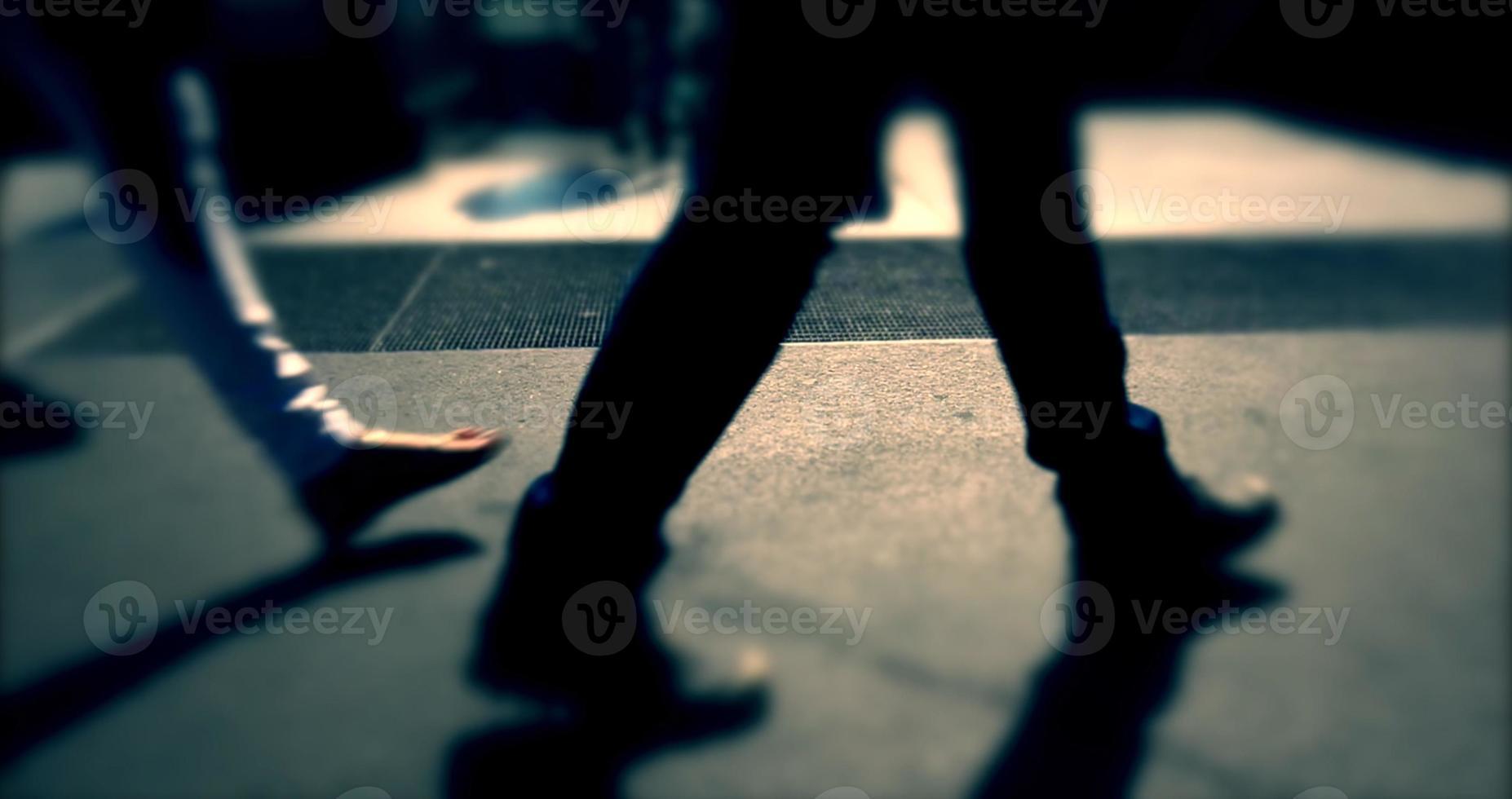 Menschen gehen auf überfüllten Straße, niedrige Perspektive, belebte Straße foto