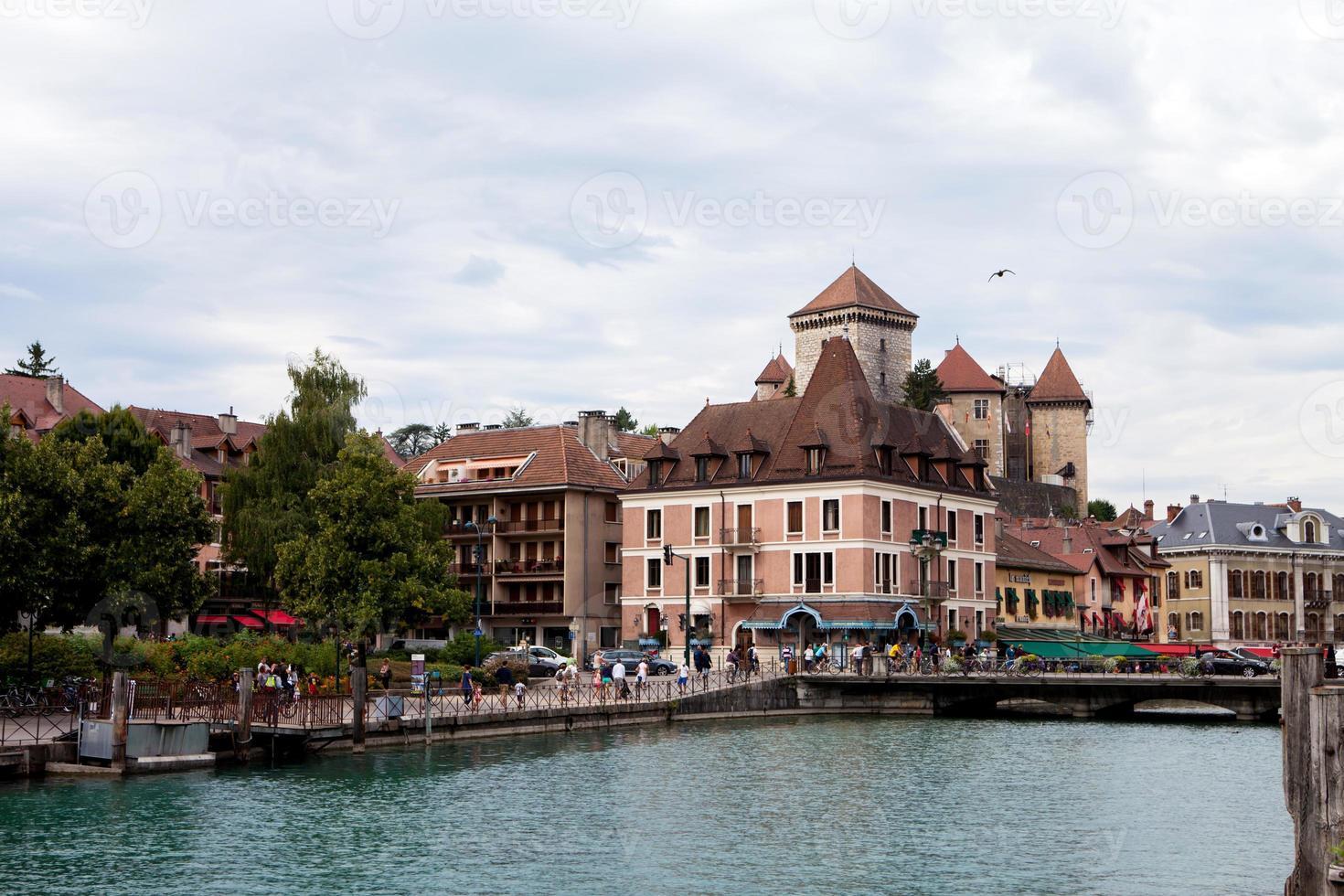 die Stadt der Annecy tagsüber, beschäftigt mit Menschen, zu Fuß foto