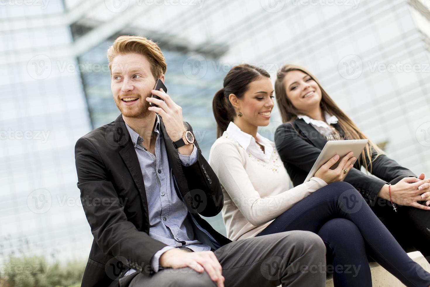 junge Geschäftsleute im Freien foto