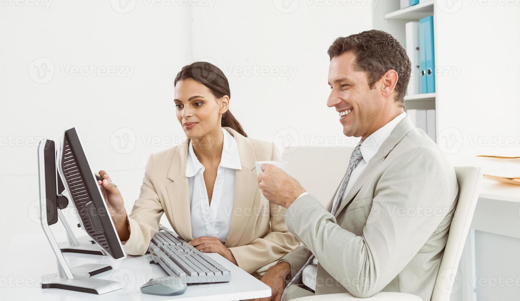 Geschäftsleute, die Computer im Büro benutzen foto