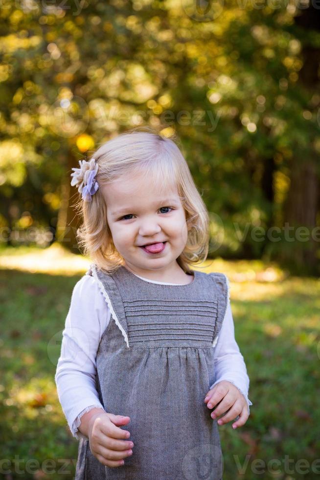 Porträt des jungen Mädchens im Freien foto