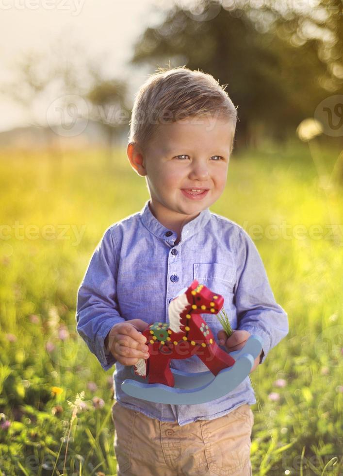 kleiner Junge, der Spaß auf einer Wiese hat foto