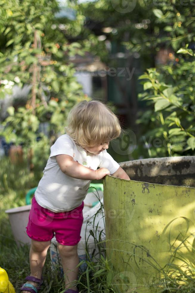 kleines Mädchen, das Spaß auf Schaukel hat foto