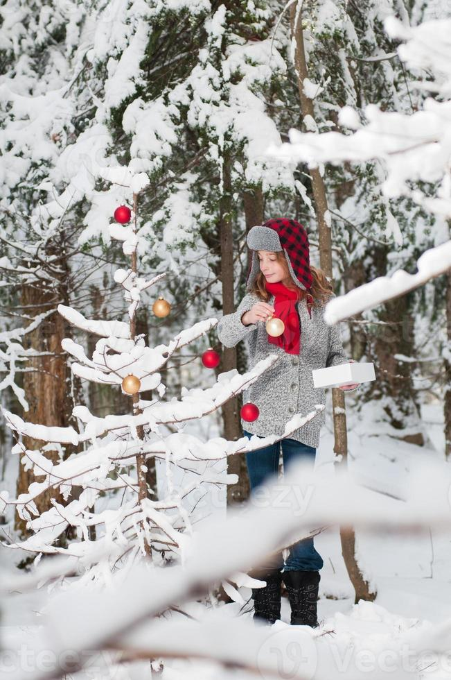 einen Weihnachtsbaum schmücken foto