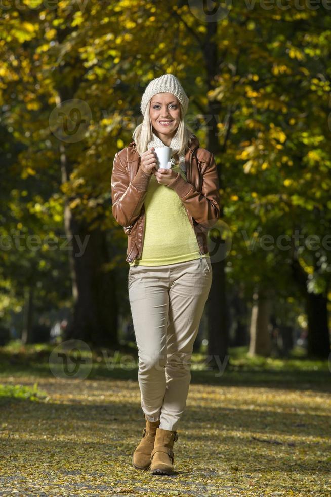 schönes Mädchen im Park foto