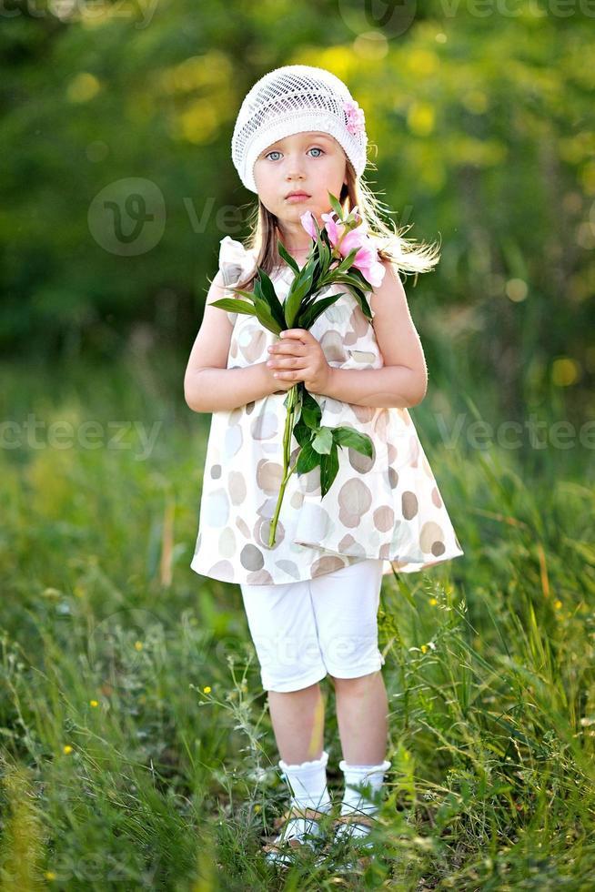 Porträt des kleinen Mädchens draußen im Sommer foto