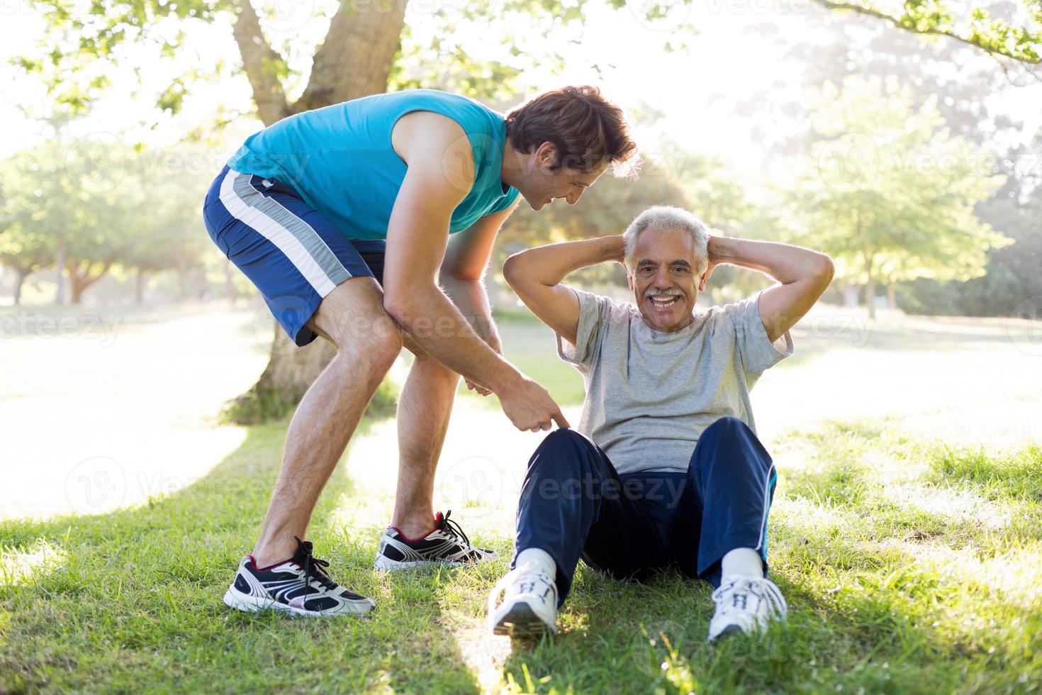 fröhliches Seniorentraining mit einem Trainer foto