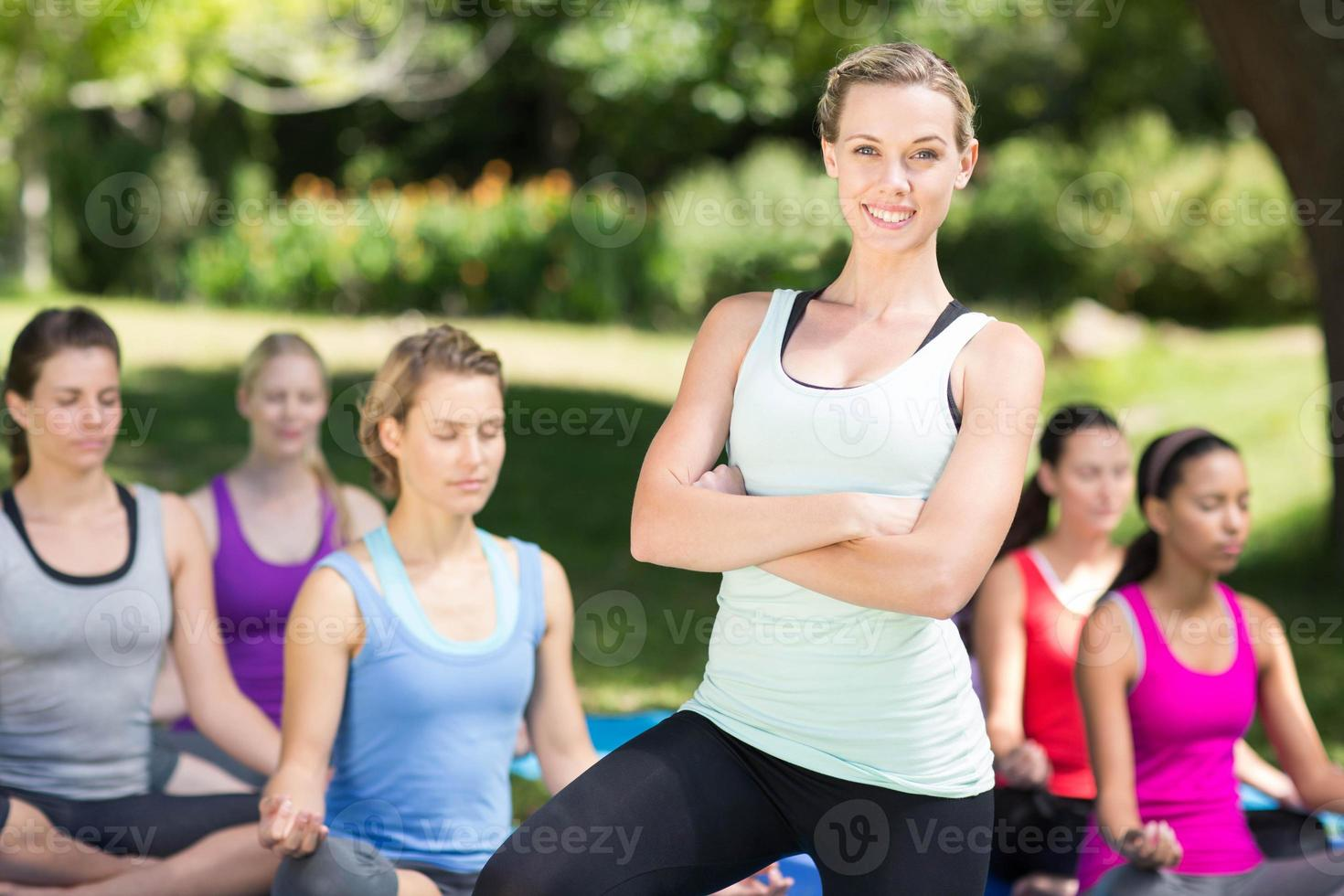 Fitnessgruppe macht Yoga im Park foto