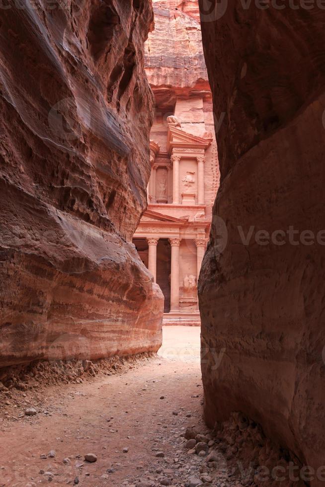der siq führt zum trausury in petra, jordan foto