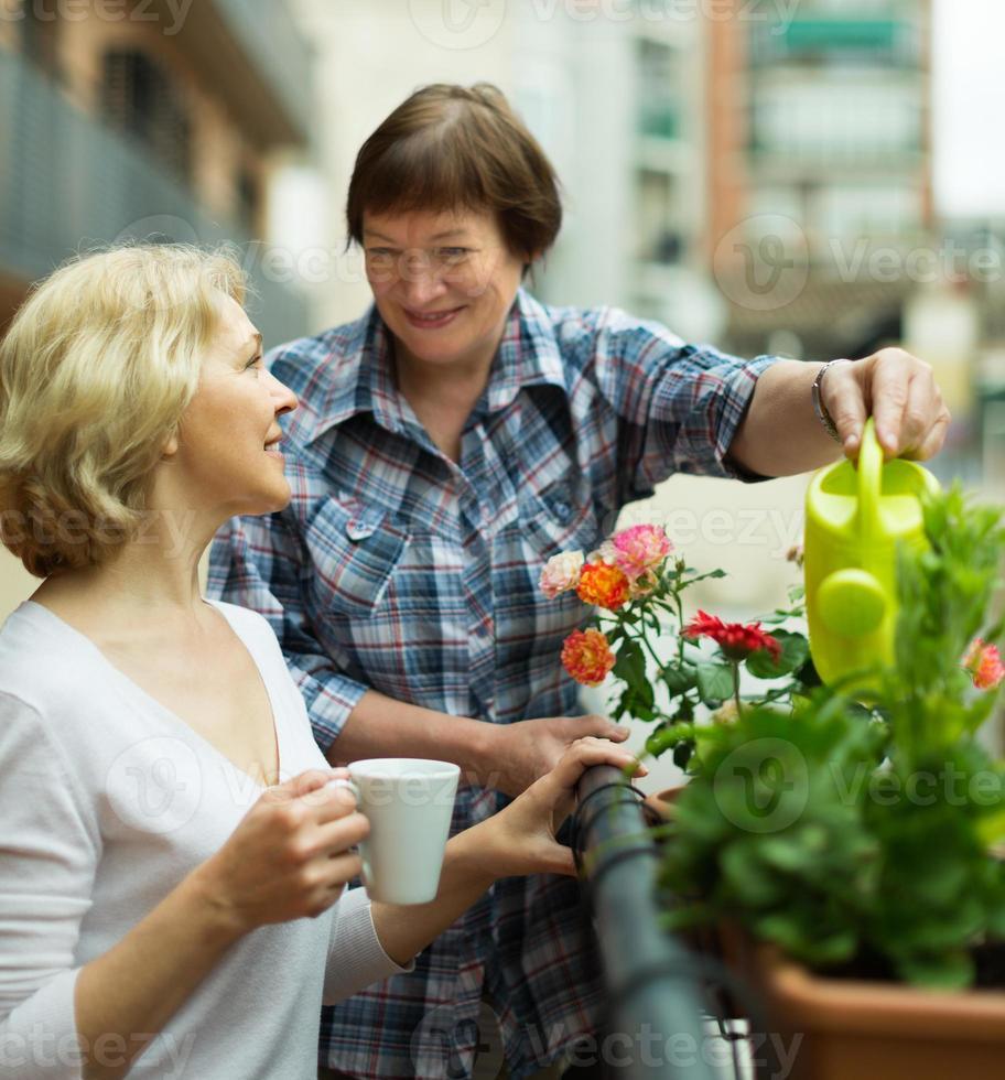 Zwei Frauen trinken Tee auf dem Balkon foto