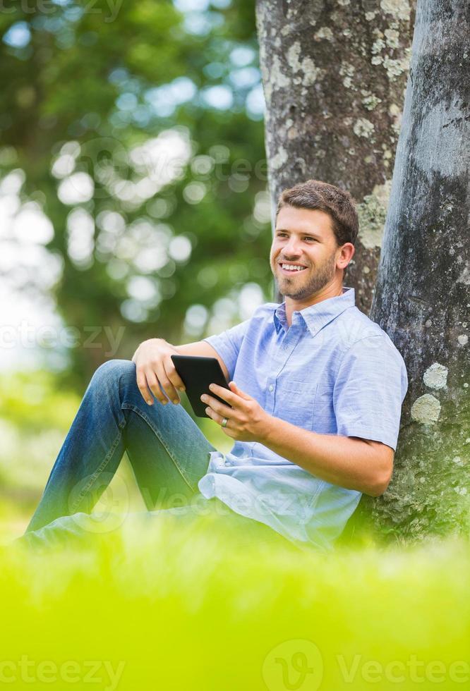 Mann liest E-Book foto